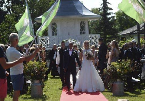 HYLLET: Karoline Warloff og Hichem Bekaoui ble hyllet av medlemmer fra Vestfossen IF etter vielsen på vakre Fossesholm lørdag.ALLE FOTO: OLE JOHN HOSTVEDT