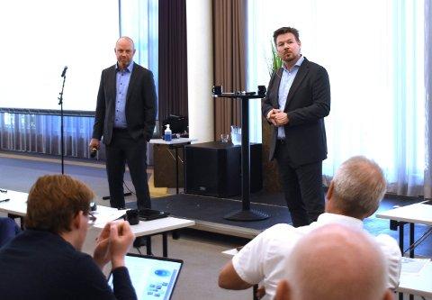 Willy Holdahl (t.h.), leder av Industrilederforum på Kongsberg og Kai Johansen i Fellesforbundet, er to av dem som har jobbet i en gruppe med å finne konkrete tiltak, som totalt vil ha en ramme på 900 millioner kroner.