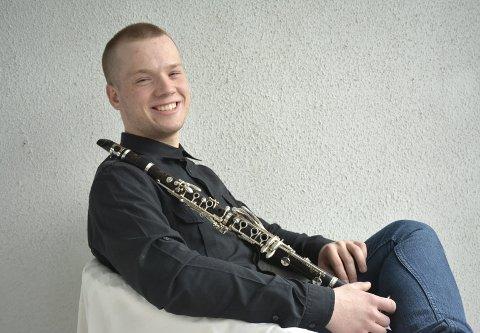 KORPSENTUSIAST: Foruten å avtjene verneplikten i Gardemusikken, er Håkon Schulte (19) fra Tranby valgt inn i styret som ungdomsrepresentant i Norges Musikkorpsforbund.