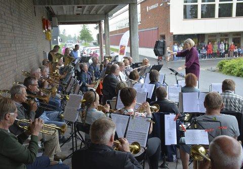 TORGKONSERTEN: Playin' in the rain. Hennummusikken holdt sommerkonsert på Tranby torg mandag.