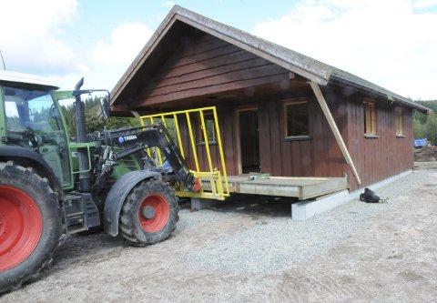 MED NØD OG NEPPE: Hytta var egentlig ett tonn for tung, men helgens flytting av hytta fra Eggevollen til Martinsløkka gikk som planlagt.