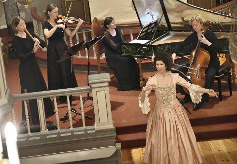 ELEGANSE: Publikum under fredagens klassiske konsert i Frogner kirke, fikk oppleve autentisk og elegant barokkmusikk og -dans. Christian IV Consort og danser Elizabeth Svarstad holder høy klasse.
