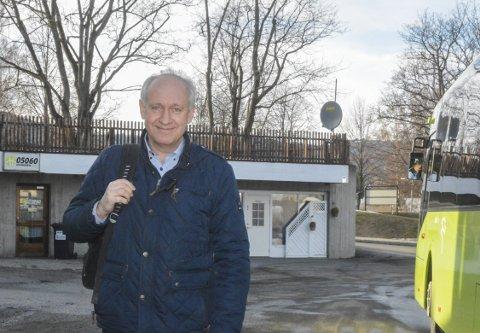 PENDLER: Erik Hære jobber som entreprenør på Lysaker og tar toget til jobb. I stedet for å møte parkeringskaos på Lier stasjon hver morgen, velger han å bruke matebusstilbudet. Tilbudet ble iverksatt 2. januar i år, og er et samarbeid mellom Lier kommune, Brakar og Buskerudbyen. FOTO: Guro Haverstad Torgersen