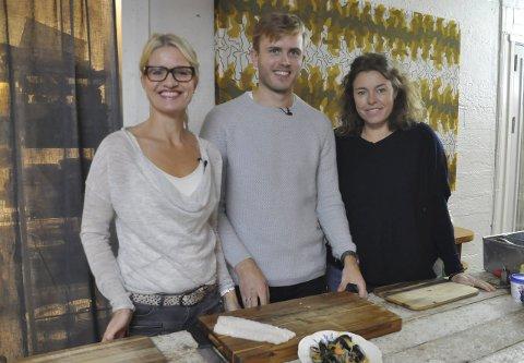 MAT: Marit Røttingsnes Westlie, Geir Skeie og Ina Johnsen koste seg med å lage mat på Himmel og Havn. Over nyttår får tv-seerne se hvor fisken kommer fra. Begge foto: Kai Nikolaisen