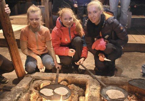 KOSELIG: Marta Cingelle, Kristiana Jekabsone og Baiba Karvica koste seg på juleverksted på Lofotr Vikingmuseum. Alle foto: Eirik eidissen