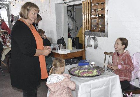 MAKRONER: Emma Marie Talmo (10) byr på makroner, Kristin Sivertsen lar seg lett friste. Foto: Eirik Eidissen