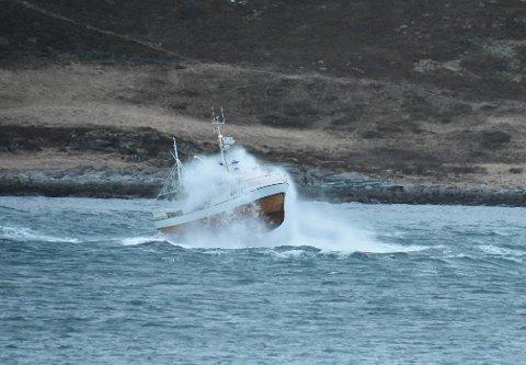 I LUFTA: Nærmest hele sjarken er i lufta etter den traff en skikkelig bølge