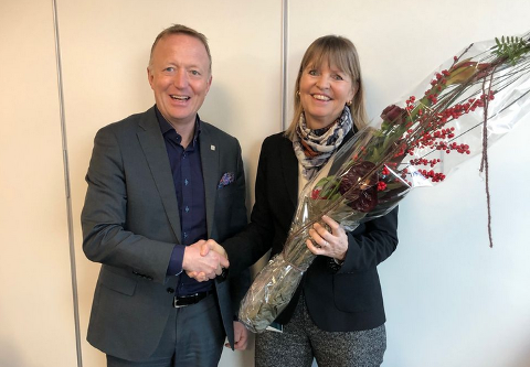 NY LEDER: Nye Veiers styreleder Harald V. Nikolaisen gratulerte Anette Aanesland, med stillingen som ny administrerende direktør i Nye Veier.