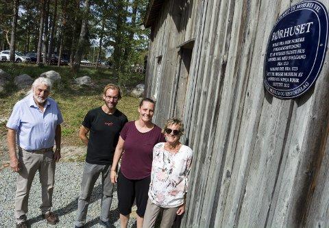 RØTTER: Egil Rødsruds (fra venstre) mor Marit ble både født og vokste opp i Rørhuset, som nå er flyttet til Bygdetunet og inngår i Rygge Museum og Historielag. Ole-Hermann Røhr, Sønni Røhr og Sonja Røhr bodde i huset sammen med far og ektemann Anders fram til 1980.