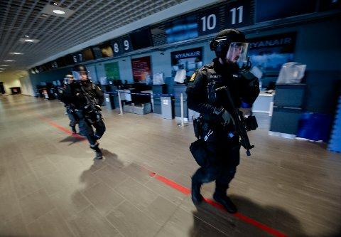 MOSSING: Politibetjent Per Kristian Fylling har tidligere jobbet som instruktør, men deltok på øvelsen. Sveip til høyre for flere bilder fra øvelsen.