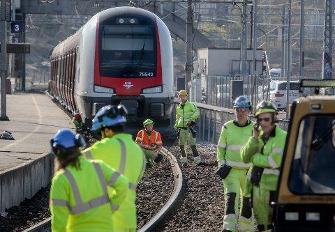 SPORET AV: Lokaltog fra Oslo sporet av inne på stasjonsområdet i Moss mandag ettermiddag. Her ser man skinnegangen som er årsaken til avsporingen. Mange jobber nå for å utbedre feilen.