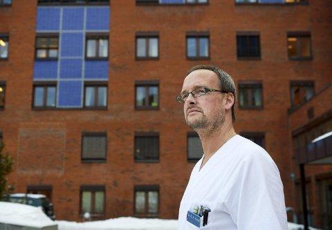 VAKSINE: Tillitsvalgt i Overlegeforeningen ved Sykehuset Namsos, Mathis A. Heibert, er glad for at utsatt helsepersonell må vaksineres mot koronaviruset samtidig som folk i risikogruppene.