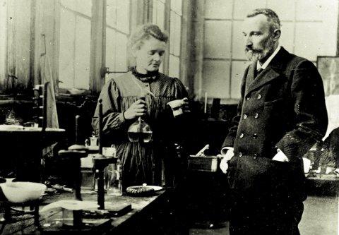 Ekteparet Marie og Pierre Curie i laboratoriet der de oppdaget grunnstoffene radium og polonium.