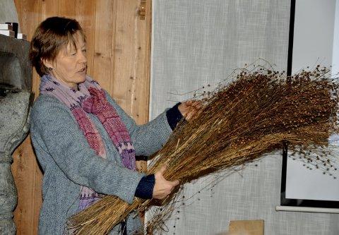 Lin: Bjørg Schultz syner fram lin som er tørka. Schultz dyrkar lin i Nordherad, opp mot 700 meter over havet. Lin vart utkonkurrert av bomull på midten av 1800-talet.