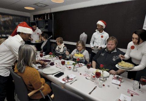 Julemiddag: Elevene serverer julemat til gjestene sine.