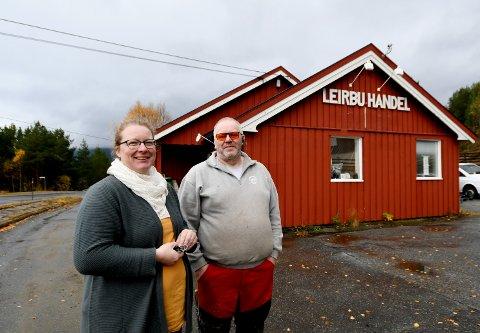 Benita og Odd Arne Fugleslåen i Otta Treprodukter.