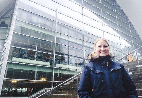 DEBUT: I Monika Steinholms første bok handler det om forelskelse, kjærlighetssorg og ufrivillig ståkuk på biblioteket. «Fuck verden» lanseres 21. mai på Ark på Jekta – der forfatteren jobber til daglig. Foto: Tove Myhre