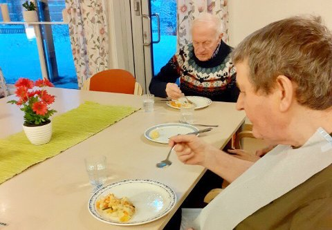 TESTER MATEN: Ledelsen vil gjerne vite hva Hermod Aasmo (t.v.), Ludvig Ludvigsen og de andre beboerne på Sørreisa omsorgssenter egentlig synes om matrettene de får servert.