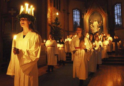 LYSBÆRERE: Mens dagslyset tittet inn gjennom vinduene, vandret Lucia og hennes terner ut av Gjøvik kirke etter endt konsert.Foto: Hans Olav Granheim