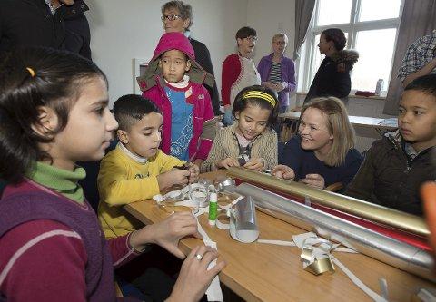 Glanset papir: 35 barn under 12 år bor på akuttmottaket på Bondelia. Anne Marthe Dahl Zettervall er glad for alle frivillige som bidrar til å skape innhold i ventetida. Foto: Henning GUlbrandsen