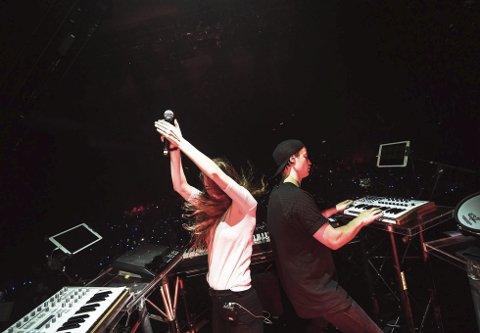 Scenevante: Anna Lotterud og Kygo deler scene når verdensartisten drar i gang «Firestone» med Lotterud som vokalist. Her fra konserten i Zurich.foto: olav stubberud