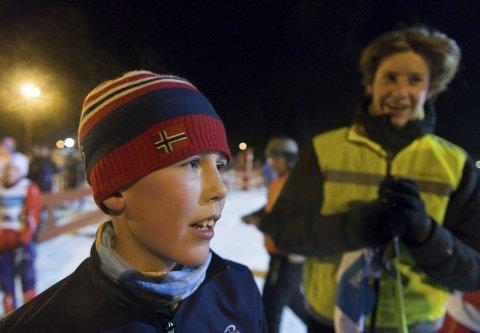 Aktiv: Tirsdag kveld gikk Endre Lykken Madshusstafetten sammen med ledsager Tobias Fossheim på hjemmebane på Vindplassen. 10-åringen deltar også i turn og spiller fotball om sommeren – til tross for at han har 90 prosent redusert syn.