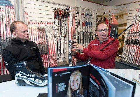 Per Wiik (t.h) og Nils Hult synes det er leit at Ingvild Flugstad Østberg takket nei til å fortsette karrieren på Madshus, men vil satse offensivt på racingbiten også i framtiden.