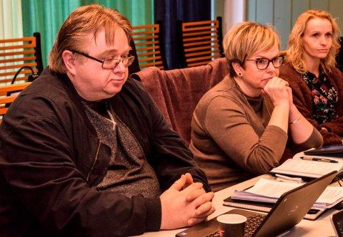 VENTER PÅ VENSTRE: Kjetil Bakke, leder i Østre Toten Ap, venter på et svar fra Lene Melbye (i midten) på om Østre Toten Venstre vil være med videre på et flertall bak Guri Bråthen (t.h.) som ordfører.