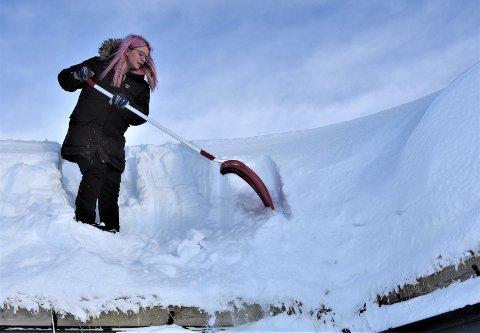 FOKKSNØ: Snøen blåser over på den ene siden, og Ellen kan ikke huske at snøen har vært så hard og kompakt som denne vinteren.