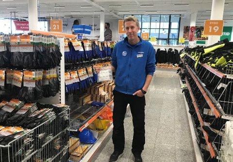 Siden tilførselen fra Sverige er stanset, har lagrene på Biltema har vært tomme etter Østre Toten kommune gikk til innkjøp av støvmasker i mars. Det sier varehussjef Roger Sandaker.