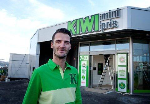 17 ÅR I KIWI: Butikksjef Kim Løkken-Furulund i Kiwi Kirkeby forteller at det nå ikke er mulig å kjøpe julebrusen som er tilbakekalt i hans butikk.