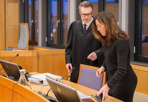 I RETTEN: Advokat Lars Braastad representerer Gjøvik kommune i en barnevernssak for retten senere i februar. Her fotografert under en tilsvarende sak i 2020 sammen med assisterende barnevernssjef Elin Jøraasen.