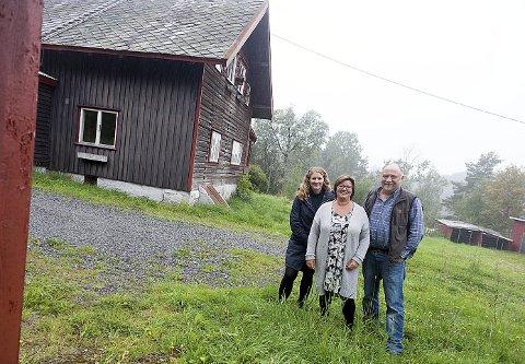 Velkommen: Kultursjef Mette Skrikerud, ordfører Tuva Moflag og skogbestyrer Reidar Haugen, ønsker alle velkommen til åpen dag på Møllerenga.foto: Ole Kr. Trana