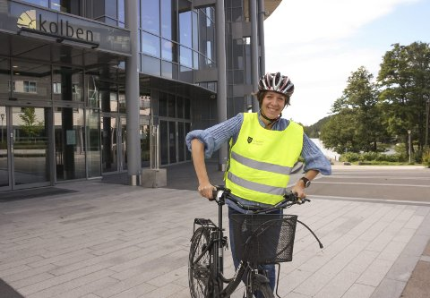 VISER VEI: Anna Lina Toverud tar folket med på ukentlige sykkelturer. - Vi vil vise hvor effektivt man kommer seg ut i skogen og rundt i kommunen på sykkel. FOTO: VIVI RIAN