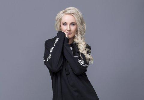 ELLA: Elin Kristiansen fra Ski har tatt artistnavnet Ella, og opptrer i årets Melodi Grand Prix med låten «Mamma Boy», signert Per Kristian Ottestad og Ida Maria. FOTO: Wenche Hoel-Knai