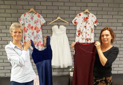VIL HA FLERE: Bente Gårdeng (til venstre) og Camilla Haslund Wik vil gjerne ha inn flere kjoler.