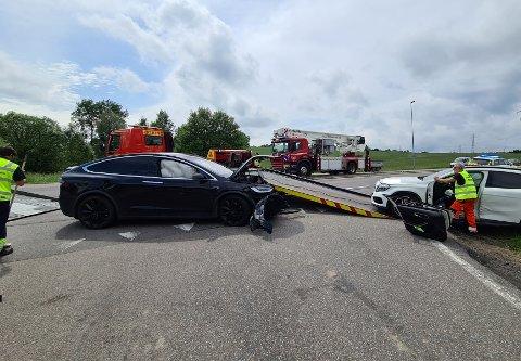 VIKEPLIKT: Den ene bilen har kjørt inn i den andre fra siden.