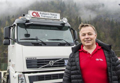 Bak rattet: Asbjørn Næss har selv fem år bak rattet på lastebil og han tar fortsatt fra tid til annen en tur når det er behov for det. – Det er fin avveksling fra kontorarbeidet, sier han. Foto: Svend E. Hansen