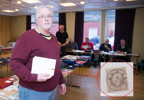 SLO TIL: Tom Espedalen skaffet seg denne larvikstempedle lux-versjonen av et av de første frimerkene i Norge. Men egentlig holder han på å komplettere en samling av merker fra ulike konstitusjonelle perioder over hele verden.