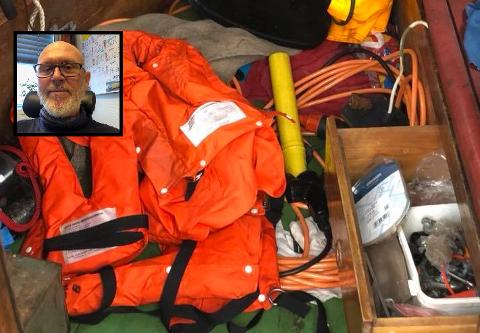 RASERTE BÅTEN: Tyvene raserte båten i jakten på verdifullt utstyr. Bildet er tatt inne i båten, sammen med en del av tyvegodset, som båteier Ole Riksfjord fant igjen kort tid etter at tyveriet ble oppdaget.