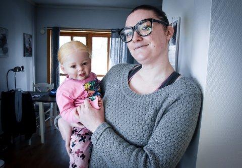 ØNSKER ÅPENHET: Mia Norheim med reborn-dukken Marion. - Jeg veit at folk synes dette er rart.