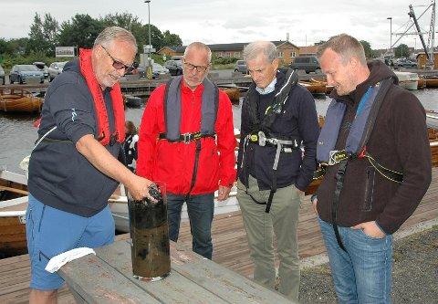 PRØVER AV HAVBUNNEN: Dag Høibø viste til Rune Høiseth, Jonas Gahr Støre og Sven Tore Løkslid at det er sulfid-forurensninger i Stavern havn.