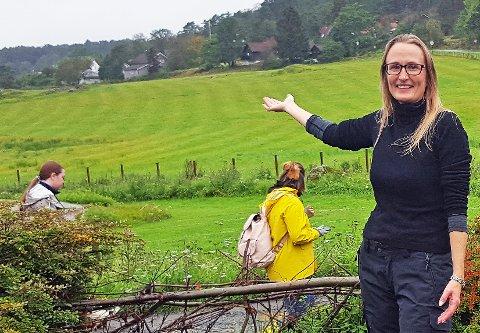 INVITERER: Unn Pedersen fra Universitetet i Oslo viser vei til byen og ønsker velkommen til vandring på søndag.