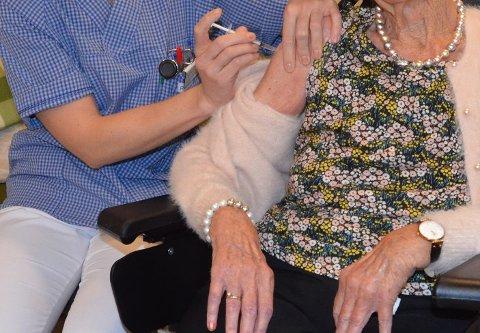 VAKSINEHÅP: 615.500 nordmenn fått minst ett stikk i armen med koronavaksine. Nå varsler myndighetene lettelser for de vaksinerte.