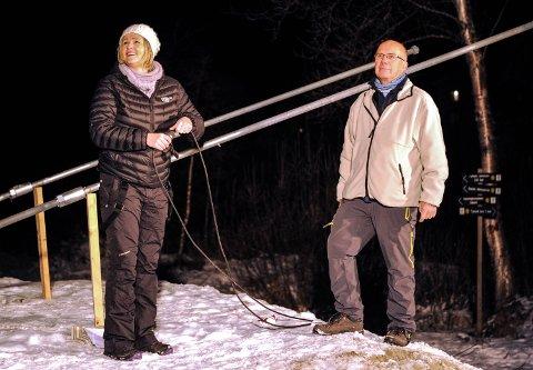 Tynsets varaordfører Tone Hagen koblet til strømmen og det ble lys i gatelysene ned til brua. Leder i Neby-bruas venner, Trond Kletvang følger med.