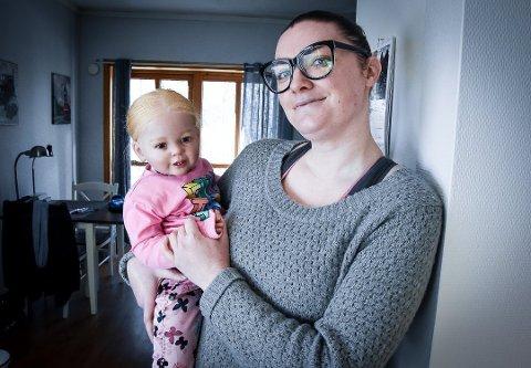 ØNSKER Å VERE OPEN: Mia Norheim med reborn-dukken Marion. – Eg veit at folk synes dette er rart. Foto: Siw Nakken