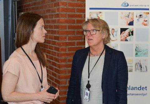 LEDIG JOBB: Den ledige jobben etter Astrid Bugge Mjærum (til venstre) er nå lyst ut. Administrerende direktør Alice Beathe Andersgaard er på jakt etter en ny kommunikasjonsdirektør ved Sykehuset Innlandet. (Foto: Bjørn-Frode Løvlund)