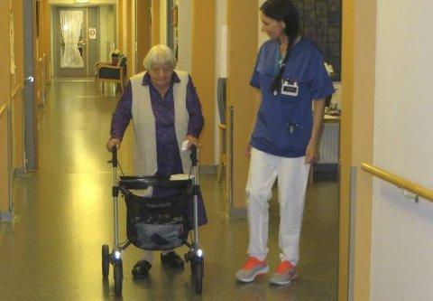 103. ÅRINGEN: Solveig Syversen går for egen maskin. Ved hennes side sykepleier Grethe Stabell.foto: Hans-didrik bakke