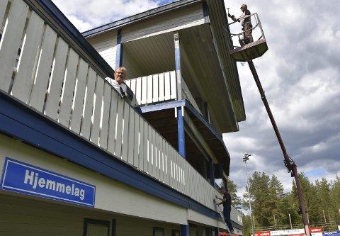 STÅr PÅ: Te av pensjonistene som virkelig har tatt i et tak for å freshe opp Nybergsund Stadion,  er fra øverst til nederst Jon Magnus Sætre, Arne Drange og Alf Jørgen Sætre. Foto: Per Becker