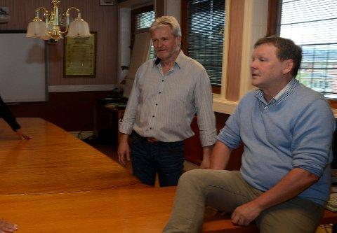 ROLIG AP-MØTE: Partileder Frank Bjørneseth, til høyre, forteller om et rolig medlemsmøte der flertallet går for ny storskole. Til venstre John Opp som har talt mot slik løsning. Han ønsket ikke å uttale seg onsdag kveld.